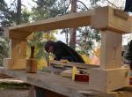 Práce na hrazdičce na podzimním kurzu o několik měsíců později. Na výrobu lavičky bude kromě dubové hrazdičky, klínů a kolíků použito ještě smrkové a borové dřevo.