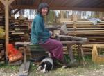"""Výroba dubových kolíků pomocí pořízu na lavici zvané """"dědek"""". Kolíky slouží pro zajištění čepů v dlabech."""