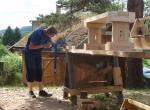 Pro zpevnění konstrukce celé lavičky si pomůžeme dubovou hrazdičkou, zajištěnou dubovými klíny.